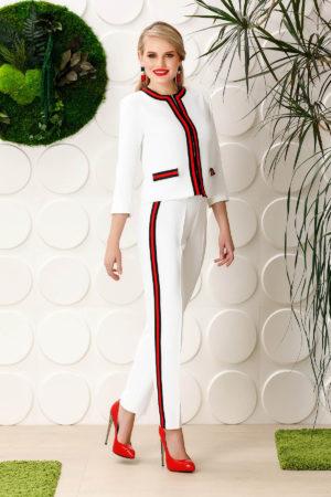 Blazer PrettyGirl alb elegant cu un croi drept din material fin la atingere captusit pe interior cu buzunare false